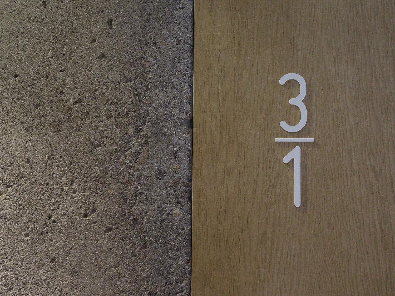 planell-hirsch_arquitectura_rehabilitacion_interiorismo_barcelona_born_mirallers_escalera-muro hormigon_madera_numeracion piso_DSC03748 pm (1)