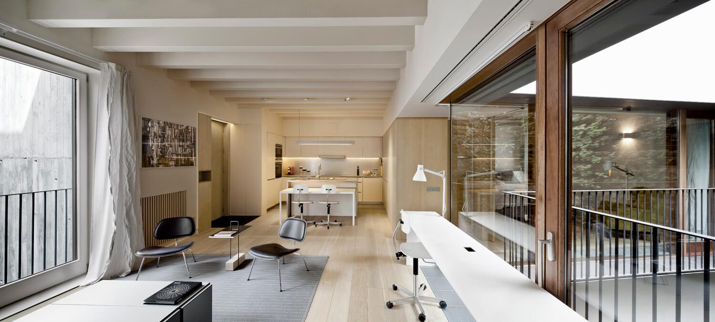 planell-hirsch_arquitectura_rehabilitacion_interiorismo_barcelona_born_mirallers_interior-sala-cocina-patio-verde_adriagoula_1908+09